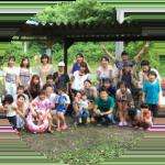 家族も一緒にバーベキュー集合写真
